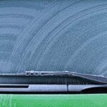 車のフロントガラスが夏曇る・冬凍る!雨天は内側!凍結は外側をカバーする防止や対処方法を紹介!