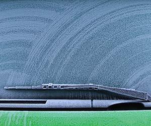 車-フロントガラス-夏-曇る-冬-凍る-雨-内側-凍結-外側-カバー-防止-対策-対処-方法-凍ったガラス画像