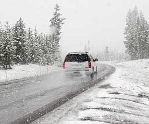 FF車-FR車-雪道-坂道-走行-スリップ-対策-重り-走り方-コツ-雪道運転-画像