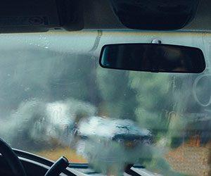 車-フロントガラス-夏-曇る-冬-凍る-雨-内側-凍結-外側-カバー-防止-対策-対処-方法-曇ったガラス画像