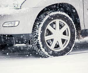 FF車-FR車-雪道-坂道-走行-スリップ-対策-重り-走り方-コツ-スタットレスタイヤ画像
