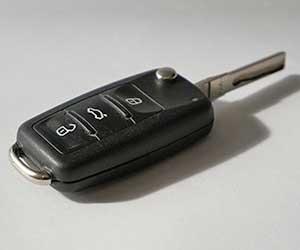 車-鍵が開かない-回らない-抜けない-原因-スマートキー-電池切れ-バッテリー-自動キー-画像