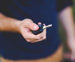 車-鍵が開かない-回らない-抜けない-原因-スマートキー-電池切れ-バッテリー-手画像