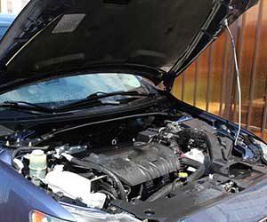 車-オーバーヒート-原因-症状-対処法-水温警告灯-ランプ-オーバーヒートしたら-冷却水漏れ-ボンネット-画像