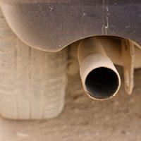 車-異臭-原因-生臭い-ゴム-焦げ臭い-硫黄-酸っぱい臭い-オルタネーター-故障-希硫酸-バッテリー液-マフラー画像