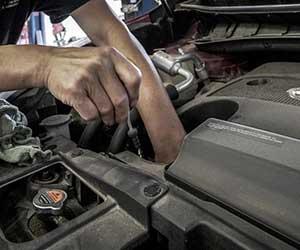 車-オーバーヒート-原因-症状-対処法-水温警告灯-ランプ-オーバーヒートしたら-冷却水漏れ-エンジンオイル交換-画像