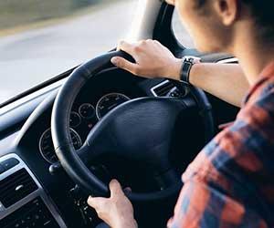 車-振動-原因-走行中-停車中-アイドリング時-ガタガタ揺れる-男性運転-画像