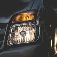 車-ライト-交換-時間-費用-寿命-ヘッドライト-内側-黄ばみ-原因-夜間ライト画像