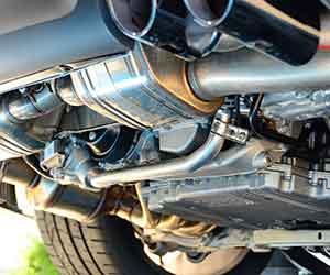 車-オイル漏れ-水漏れ-原因-症状-場所-エアコン-下-運転席-助手席-後部座席-エンジンルーム-車下-画像