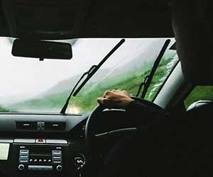 車-ワイパー音がうるさい-原因-ガガガ-キュ-ビビリ-音がする-ゴム-ブレード-交換時期-運転画像