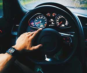 車-クラクション-鳴り続ける-鳴らない-原因-ホーン-音-止まらない-セキュリティ-止め方-運転-画像