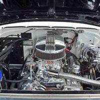 車-コンプレッサー-異音-動かない-原因-交換-故障-症状-コンプレッサーオイル-エンジンルーム画像