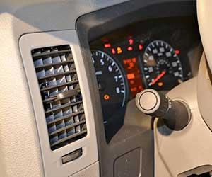 車-コンプレッサー-異音-動かない-原因-交換-故障-症状-コンプレッサーオイル-エアコン画像