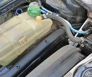 車-オイル漏れ-水漏れ-原因-症状-場所-エアコン-下-運転席-助手席-後部座席-エンジンルーム-タンク-画像