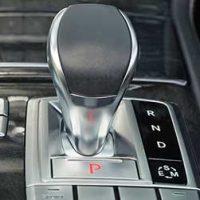 車-ニュートラル-N-使い方-信号待ち-燃費-坂道-ブレーキ-ギア-画像