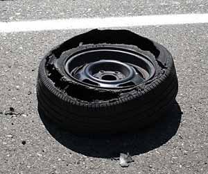 車-タイヤ-パンク-見分け方-原因-修理代金-目安-破損-画像