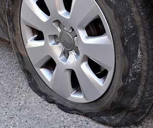 車-タイヤ-パンク-見分け方-原因-修理代金-目安-画像