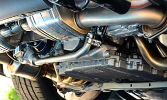 車の下-ビニール袋-タイヤ-巻き込み-マフラー-焼き付き-車体-画像
