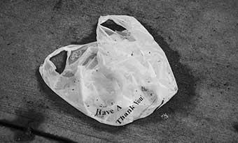 車の下-ビニール袋-タイヤ-巻き込み-マフラー-焼き付き-ゴミ-画像