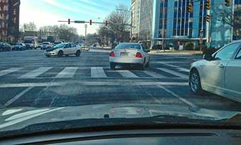 車の下-ビニール袋-タイヤ-巻き込み-マフラー-焼き付き-街-画像